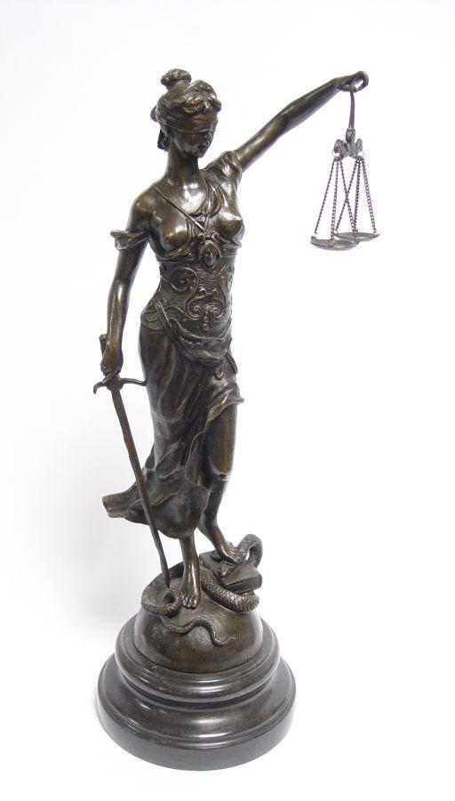 Бронзовая статуя правосудия - Фемида