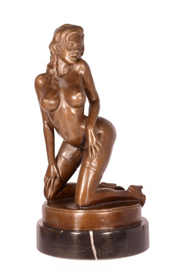 Бронзовая статуя сексуальной девушки в чулках BrokInCZ
