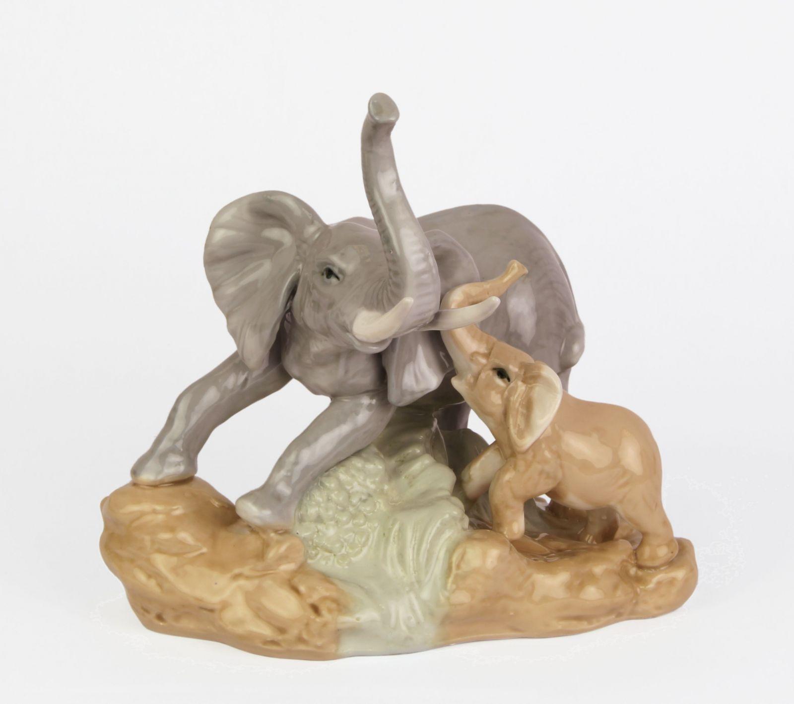 Статуэтка слонихи со слоненком из фарфора BrokInCZ