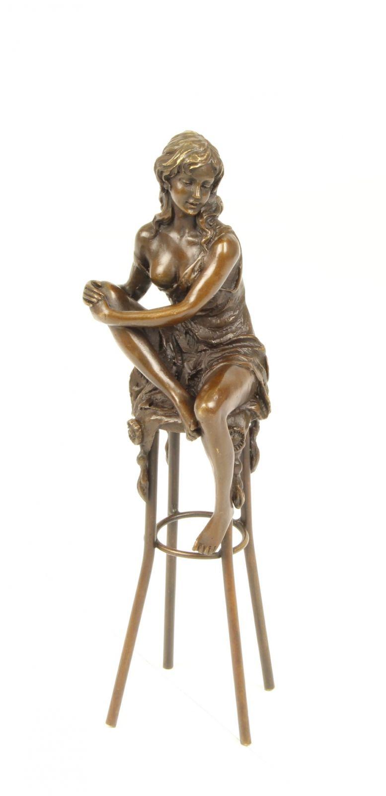 Бронзовая голая женщина на барном стуле BrokInCZ