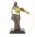 Бронзовая статуя обнаженной женщины на запястье BrokInCZ
