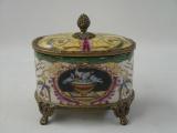 Фарфоровая шкатулка с декором из бронзы