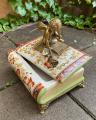 Шкатулка из фарфора, Ангел, сидящий на книге BrokInCZ