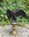 Большая бронзовая статуя орла на постаменте