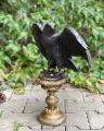 Большая бронзовая статуя орла на постаменте BrokInCZ