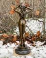 Большая скульптура обнаженной девушки из бронзы