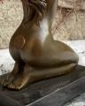 Статуя обнаженной сидящей девушки из бронзы BrokInCZ