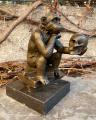 Статуя бронзовой обезьяны BrokInCZ