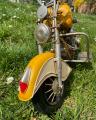 Металлическая модель желтого мотоцикла